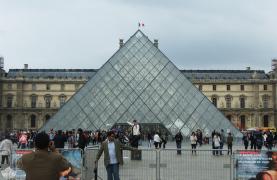 Pyramide du Louvre tourists